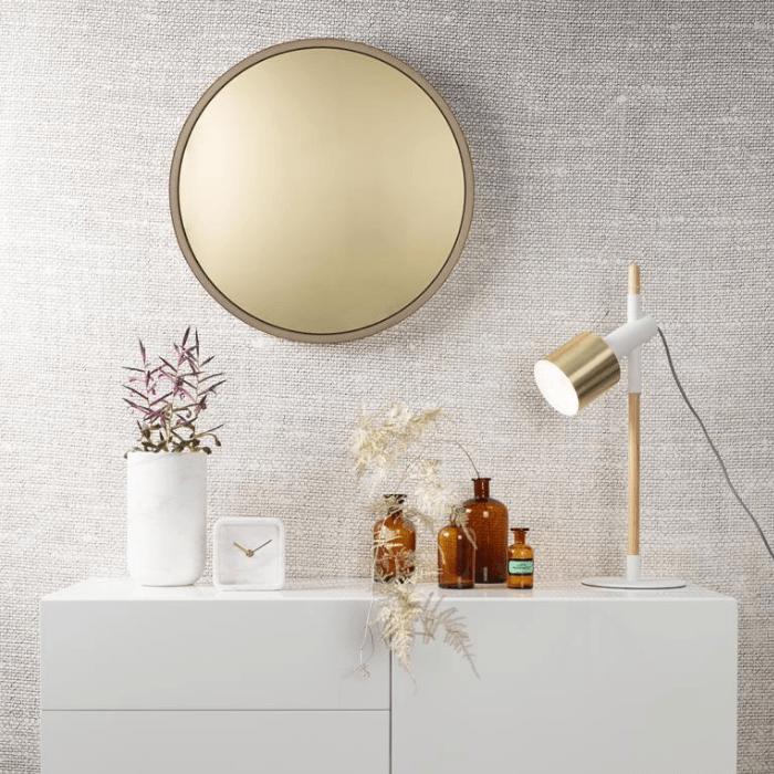 Een gouden interieur is heel stijlvol door het toevoegen van een gouden spiegel of een staande lamp met goud accenten.