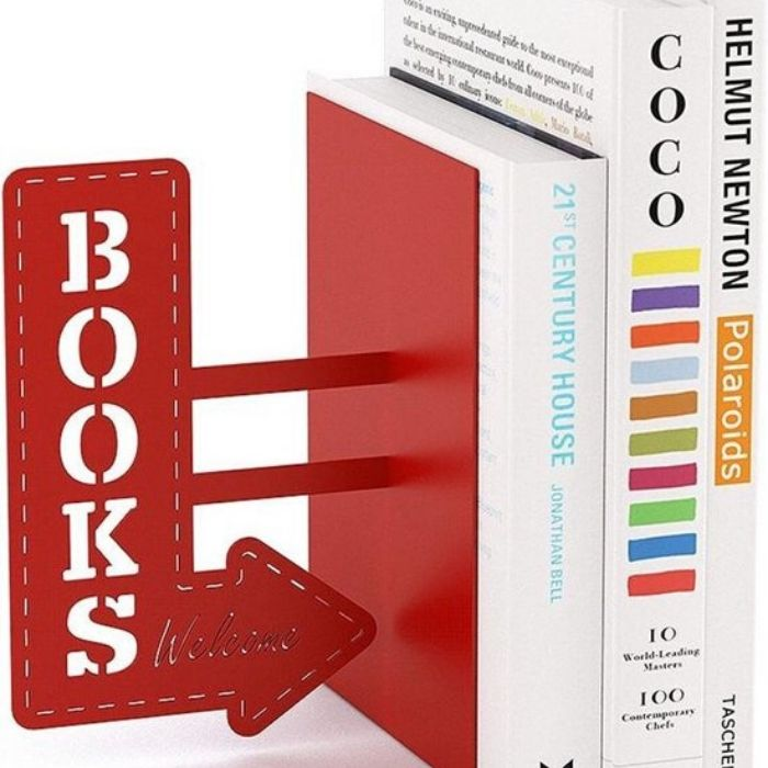 rode boekensteun in metaal met books welcome opschrift