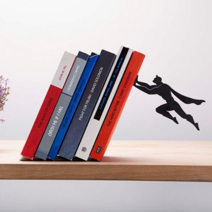 zwarte boekensteun met superheld