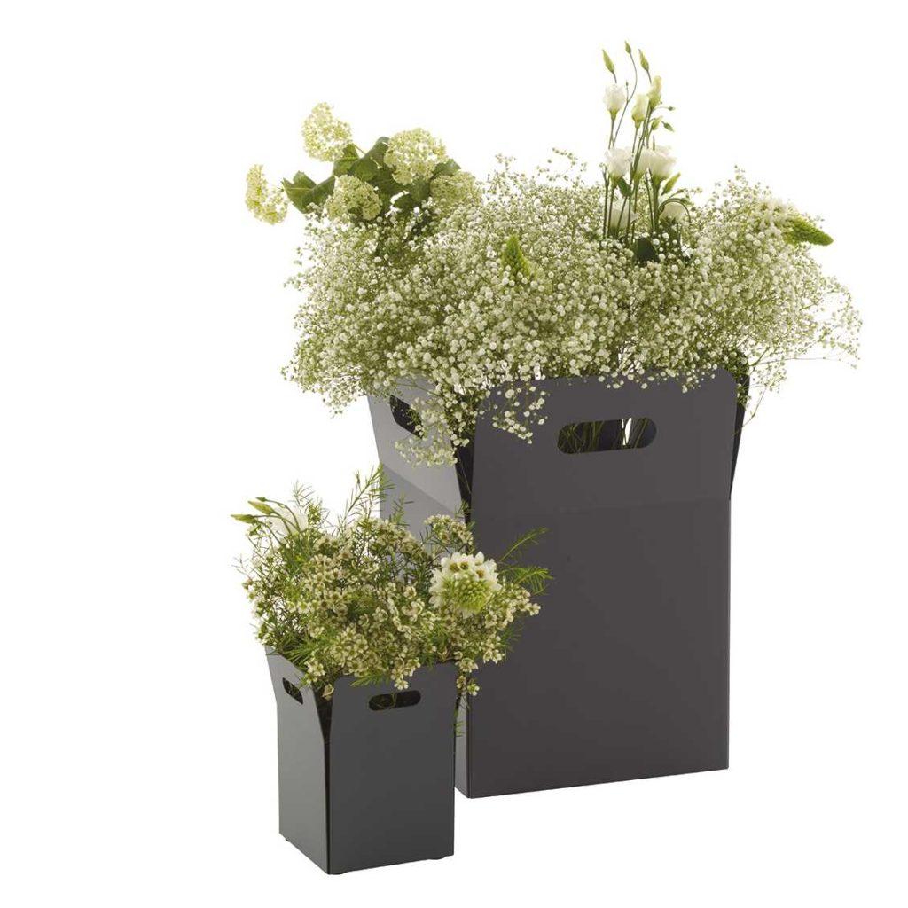 18-leuke-ideeën-voor-een-gezellig-terras-ligne-roset-bloempot-in-staal